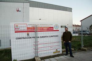 Jorge Crespo junto al Cartel de la obra de la piscina de Val