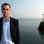 Miguel Saro posa en la Bahía de Santander de Fondo