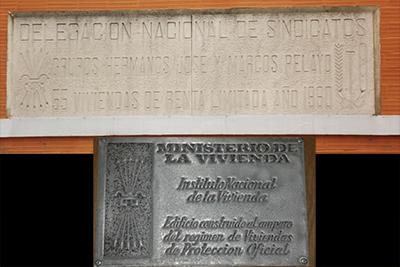 Algunas de las placas que se pueden contemplar en algunos edificios de Torrelavega