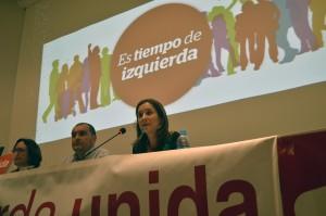 Marina Albiol, en primer término, junto a Raúl Liaño y Mercedes Boix, en el acto de Torrelavega