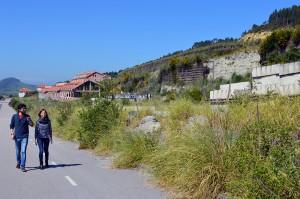 La eurodiputada y el candidato a la Alcaldía pasean por la urbanización fantasma