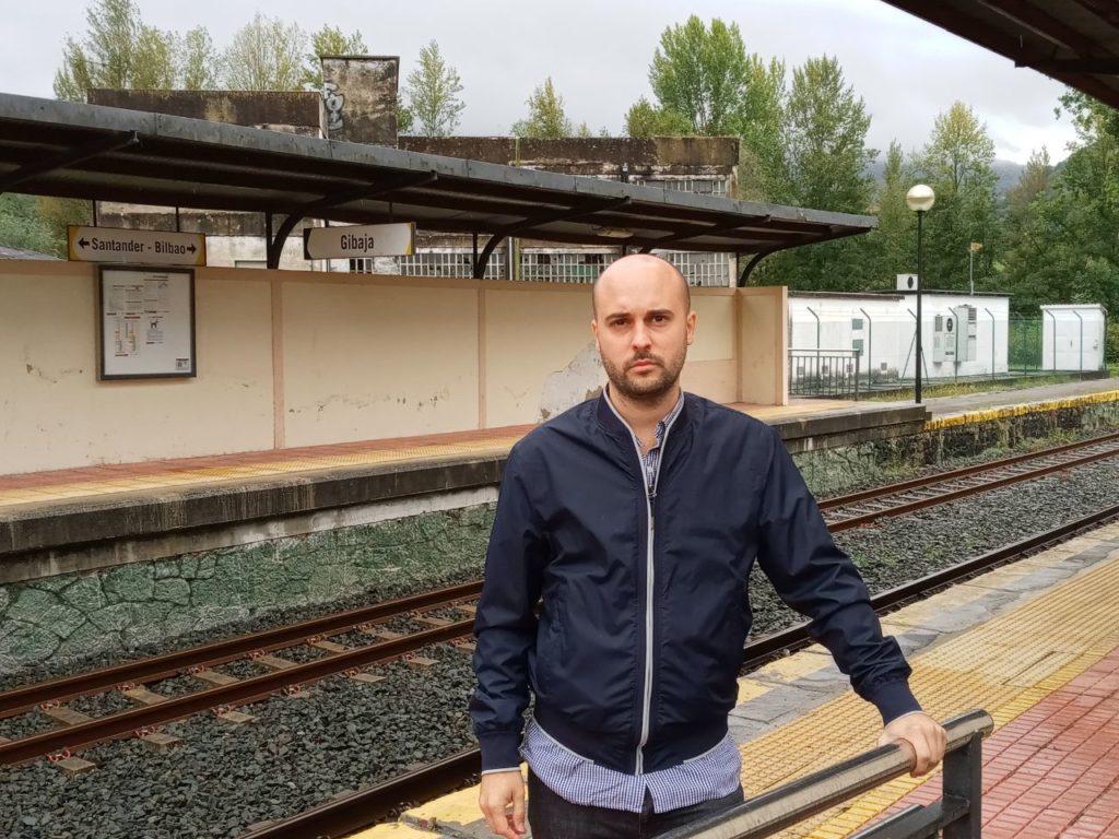 Representante de IU Cantabria, Israel Ruiz Salmón, en la estación de tren de Gibaja, la última cántabra en sentido Santander-Bilbao.