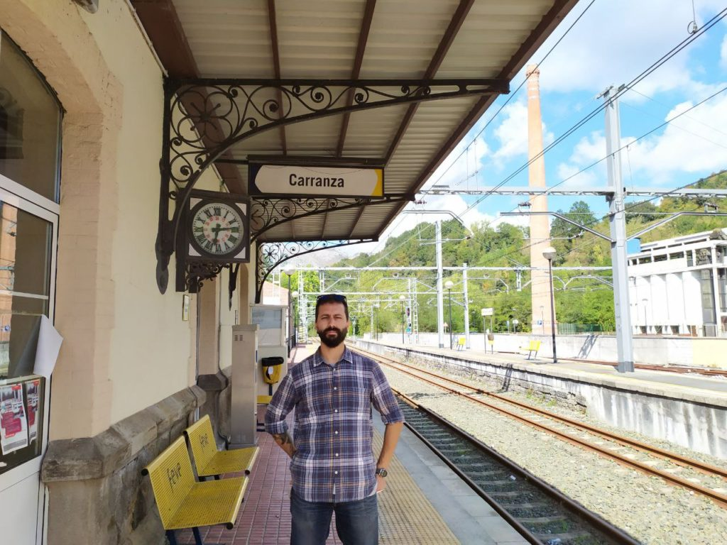 Representante de IU-Ezker Anitza, Israel Escalante, en la estación de Karrantza, la última vasca en sentido Bilbao-Santander.